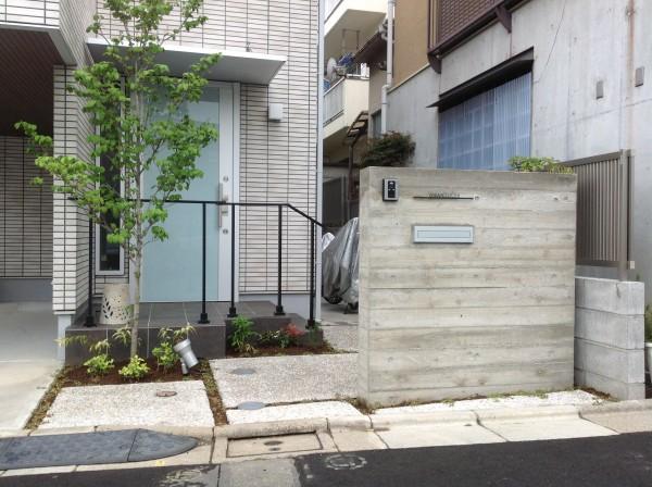 杉板を貼ったようなコンクリート門柱