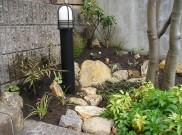 ちょっと広い花壇にロックガーデンはいかがですか。 横浜市K様邸