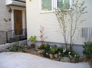 石と植物のマッチング、様々な色使いに注目 世田谷区I様邸