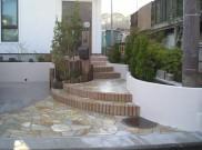 曲線積み(R積み)レンガと自然石乱貼りの外構工事 藤沢市O様邸