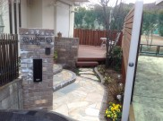 レンガ積みの袖壁がアプローチとお庭を区切る  藤沢市K様邸
