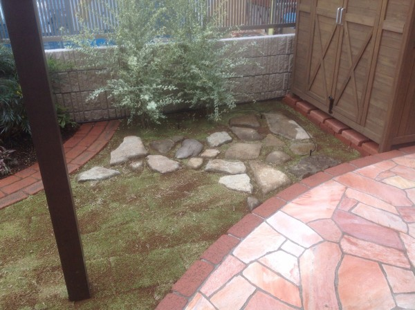 芝に自然石の通路 世田谷区Y様邸