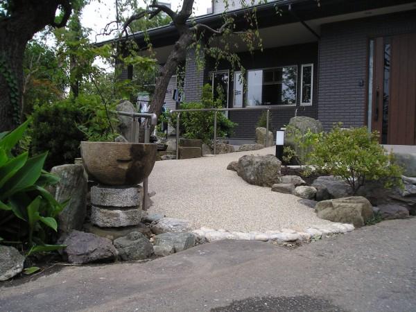既存庭石を利用しての和風アプローチ 港南区 F様邸