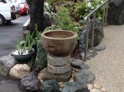 石の臼を手水鉢にしました。港南区F様邸