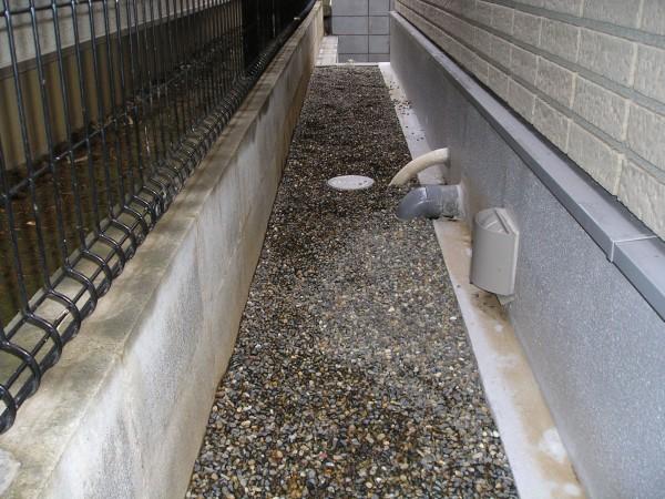 家の周りに砂利敷き
